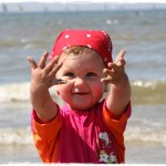 Ich spiele mit Sand am Strand...